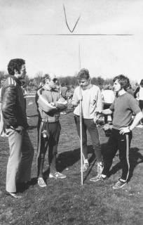 ARH Slg. Bartling 1942, Speerwerfer Liebe (gestützt auf Speer) und Rohde mit zwei Trainern auf dem Innen-Rasen des TSV-Sportplatzes, Neustadt a. Rbge., 1974