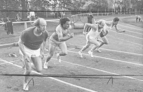 ARH Slg. Bartling 1944, Vier Senioren beim Start zum 75 m-Lauf (v. l.: Eugen Sühlo) auf dem TSV-Sportplatz, Neustadt a. Rbge., 1974