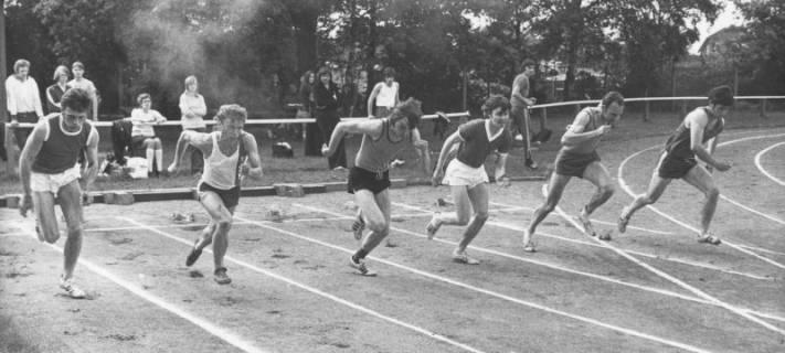 ARH Slg. Bartling 1945, Sechs junge Sprinter beim Start zum 100 m-Lauf auf dem TSV-Sportplatz, Blick vom Außenrand, Neustadt a. Rbge., 1972