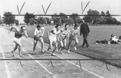 ARH Slg. Bartling 1946, Fünf Leichtathleten beim Start zum 800 m-Lauf beim Sportfest auf dem TSV-Sportplatz, Blick vom Außenrand, Neustadt a. Rbge., 1971