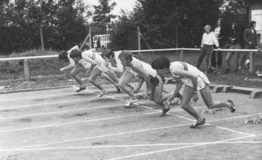 ARH Slg. Bartling 1948, Fünf Sprinter beim Start zum 100 m-Lauf auf dem TSV-Sportplatz; Blick vom Innen-Platz, Neustadt a. Rbge., um 1970
