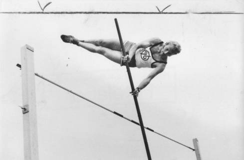 ARH Slg. Bartling 1949, Stabhochspringer (des Hannoverschen Sportvereins von 1896) beim Flug über die Latte beim TSV-Sportfest auf dem TSV-Sportplatz an der Lindenstraße, Neustadt a. Rbge., 1972