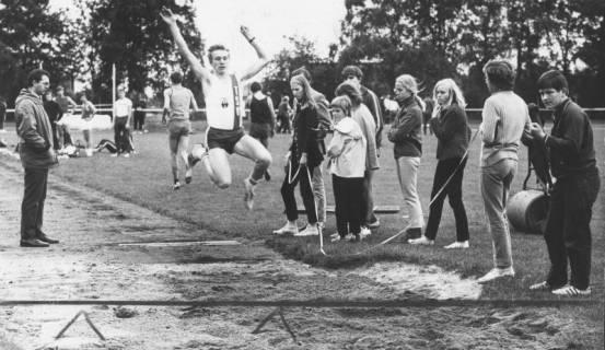 ARH Slg. Bartling 1950, Leichtathlet Rohde fliegt beim Weitsprung in die Sandgrube beim TSV-Sportfest auf dem TSV-Sportplatz an der Lindenstraße, Neustadt a. Rgbe., 1970