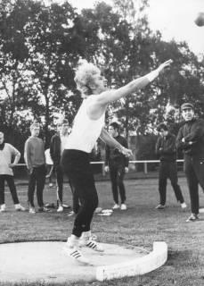 ARH Slg. Bartling 1951, Kugelstoßer Tybartz beim Abwurf der Kugel beim Sportfest des TSV auf dem Sportplatz an der Lindenstraße, Neustadt a. Rbge., 1970