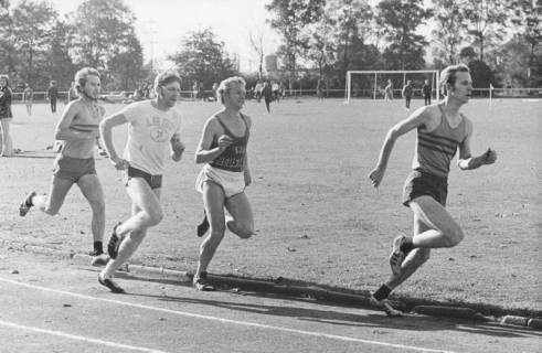 ARH Slg. Bartling 1952, Vier junge Leichtathleten beim 800 m-Lauf auf dem TSV-Sportplatz an der Lindenstraße, Neustadt am Rübenberge, 1974