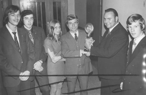 ARH Slg. Bartling 1953, Fünf Männer und eine Frau in feierlicher Kleidung einen Leichtathletik-Pokal haltend, Neustadt am Rübenberge, 1971