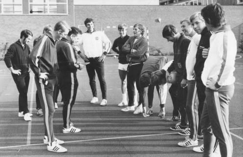 ARH Slg. Bartling 1956, Zwei Handball-Mannschaften auf dem Platz vor einer Turnhalle bei der Seitenwahl durch Münzwurf (?), Neustadt a. Rbge., 1970