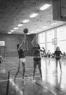 ARH Slg. Bartling 1957, Drei Frauen beim Basketballspiel in der TSV-Sporthalle, Neustadt a. Rbge., um 1975