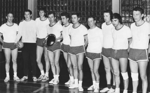 ARH Slg. Bartling 1958, Gruppenporträt der 10-köpfigen Herren-Handballmannschaft des TSV Neustadt nach Erringung der Meisterschaft und Erhalt eines Sieger-Ehrentellers in der TSV-Sporthalle, Neustadt a. Rbge., 1970