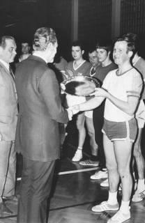 ARH Slg. Bartling 1959, Überreichung eines Sieger-Ehrentellers an die Handballer aus Idensen durch Günther Skiba (2. v. l.) in der TSV-Sporthalle, Neustadt a. Rbge., 1970