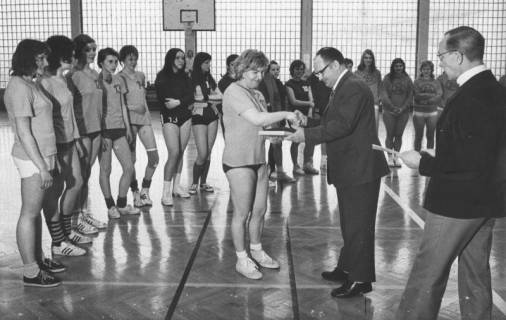 ARH Slg. Bartling 1960, Ehrung der Handballerinnen des TSV durch den Neustädter Bürgermeister Herbert Gubba in der TSV-Sporthalle, Neustadt a. Rbge., 1973