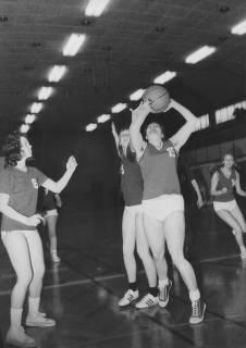 ARH Slg. Bartling 1961, Basketballerinnen im Spiel beim Korbwurf in der TSV-Sporthalle, Neustadt a. Rbge., 1973
