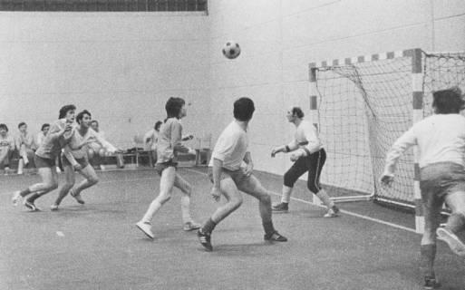 ARH Slg. Bartling 1964, Handballer in der TSV-Sporthalle beim Angriff auf das Tor, Blick vom Spielfeldrand, Neustadt a. Rbge., um 1970