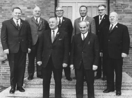 ARH Slg. Bartling 1965, Gruppenporträt der Ehrenmitglieder des FC Wacker Neustadt auf der Treppe eines Hauseingangs, Neustadt a. Rbge., 1969