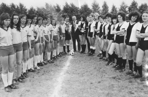 ARH Slg. Bartling 1972, Zwei Damenfußball-Mannschaften auf dem TSV-Sportplatz vor dem Anstoß aufgereiht sich gegenüberstehend, Neustadt a. Rbge., 1972