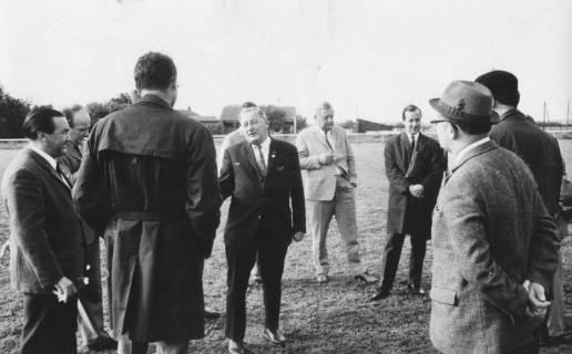 ARH Slg. Bartling 1973, 1. Vorsitzender des FC Wacker Neustadt Erich Kurt Rudolph (Mitte) stehend inmitten von Ratsmitgliedern auf dem FC Wacker-Sportplatz, Neustadt a. Rbge., 1969