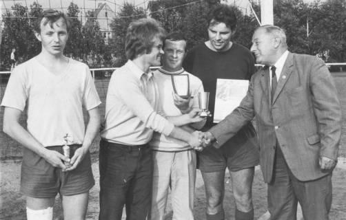 ARH Slg. Bartling 1974, 1. Vorsitzender des FC Wacker Erich Kurt Rudolph (rechts) überreicht Pokale und Urkunden an vier Sportler auf dem FC Wacker-Sportplatz, Neustadt a. Rbge., 1970
