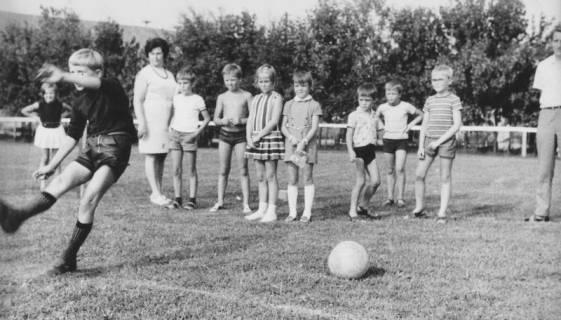 ARH Slg. Bartling 1975, Eingeladene Kinder beim Probe-Fußballschießen auf dem FC Wacker-Sportplatz, Neustadt a. Rbge., 1970