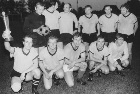 ARH Slg. Bartling 1976, Mannschaft des TSV Poggenhagen (nebeneinander kniend und stehend) mit Sieger-Pokal auf dem FC Wacker-Sportplatz, Neustadt a. Rbge., 1971