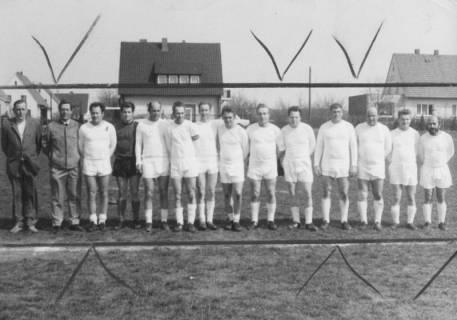 ARH Slg. Bartling 1977, Alte-Herren-Mannschaft des FC Wacker mit Begleitern nebeneinander stehend auf dem FC Wacker-Sportplatz, Neustadt a. Rbge., 1971
