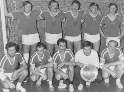 ARH Slg. Bartling 1978, Mannschaft des TuS Wunstorf (nebeneinander kniend und stehend) mit Sieger-Teller im Tor einer Turnhalle, 1971