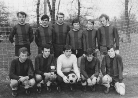 ARH Slg. Bartling 1979, Fußball-Mannschaft des 1. FC Mecklenhorst (nebeneinander kniend und stehend) im Tor eines Sportplatzes, 1971