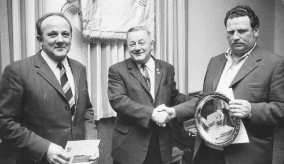 ARH Slg. Bartling 1981, 1. Vorsitzender des FC Wacker Erich Rudolph (Mitte) überreicht zwei Männern (rechts und links) einen Siegerteller und eine Urkunde, 1971