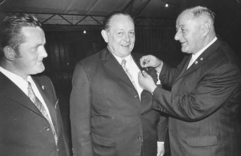 ARH Slg. Bartling 1982, 1. Vorsitzender des FC Wacker Erich Rudolph (rechts) überreicht Friedel Deike und N. N. Rabe (Mitte und links) eine goldene Ehrennadel, 1972