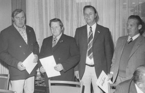 ARH Slg. Bartling 1983, Gruppenporträt von vier Männern nach Erhalt einer Urkunde des Niedersächsischen Fußballverbandes (2. v. r.: Hermann Ehlers), 1974