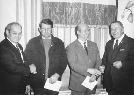 ARH Slg. Bartling 1984, Gruppenporträt von vier Männern nach Übergabe einer Urkunde (v. l.: Werner Hinz, N. N., Klaus Werbik, Erich Rudolph), 1970