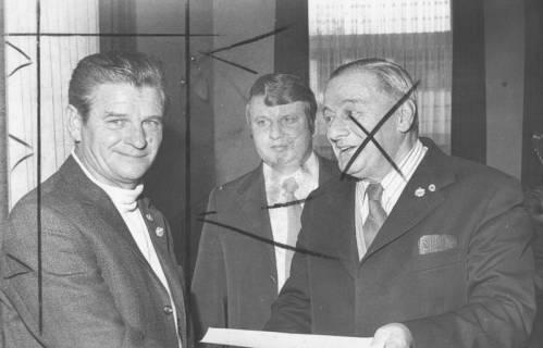 ARH Slg. Bartling 1985, Gruppenporträt von drei Männern nach Übergabe einer Urkunde (v. l.: N. N., Krentel, 1. Vorsitzender des FC Wacker Erich Rudolph), 1974