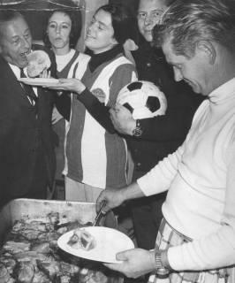 ARH Slg. Bartling 1986, Gruppe von Fußballfreunden beim Essenfassen  (l.: 1. Vorsitzender des FC Wacker Erich Rudolph, 1971