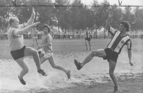 ARH Slg. Bartling 1990, Torszene mit Stürmer Verteidiger und Torwart, Blick von rechts, 1974