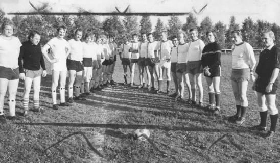 ARH Slg. Bartling 1993, Zwei Mannschaften des FC Wacker Neustadt nebeneinander aufgereiht und schräg einander gegenübergestellt, am Mittelkreis des Sportplatzes, Blick von vorn, 1973