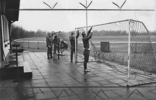 ARH Slg. Bartling 1994, Auf der Terrasse des Vereinshauses am Sportplatz werden die Netze von zwei Behelfstoren repariert, 1973