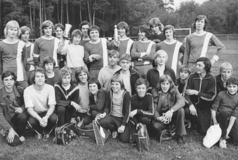 ARH Slg. Bartling 1995, Jugendmannschaften (stehend mit und kniend ohne Trikot) des FC Wacker Neustadt mit zwei Pokalen auf dem Sportplatz in Helstorf, 1972