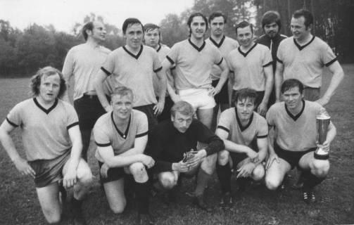 ARH Slg. Bartling 1997, Mannschaft des TSV Poggenhagen nebeneinander stehend und kniend mit dem Kreissparkassen-Pokal auf dem Sportplatz in Mandelsloh, 1972