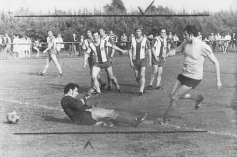 ARH Slg. Bartling 1998, Torszene mit schießendem Stürmer, mit am Boden liegendem Torwart und zuschauenden Verteidigern des FC Wacker, Blick von rechts, 1972