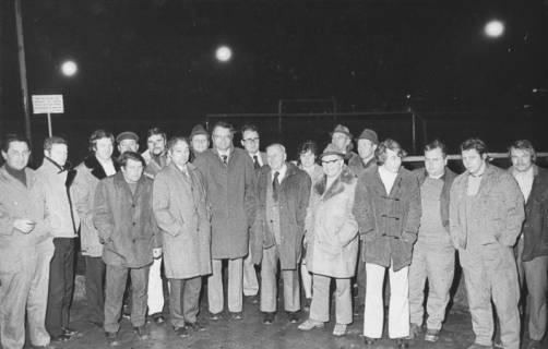 ARH Slg. Bartling 2000, Gruppenfoto von Ratsmitgliedern zu Besuch auf dem Sportplatz des FC Wacker Neustadt im Dunkeln bei eingeschaltetem Flutlicht, um 1975