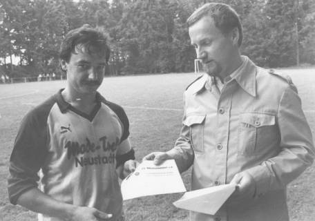 ARH Slg. Bartling 2002, N. N. überreicht Richard Pischel vom FC Mecklenhorst die Sieger Urkunde vom Landestrostturnier, um 1975