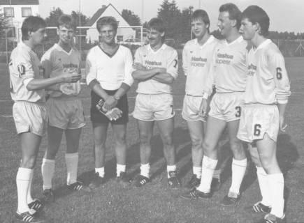 ARH Slg. Bartling 2004, Gruppenbild mit sechs Feldspielern und einem Torwart des FC Wacker Neustadt im Halbkreis nebeneinander stehend auf einem Sportplatz, um 1975