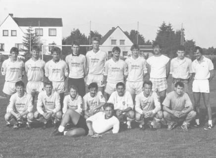 ARH Slg. Bartling 2005, Gruppenbild der Mannschaft des FC Wacker Neustadt mit Begleitern nebeneinander stehend und kniend auf dem Sportplatz, Neustadt am Rübenberge, um 1975