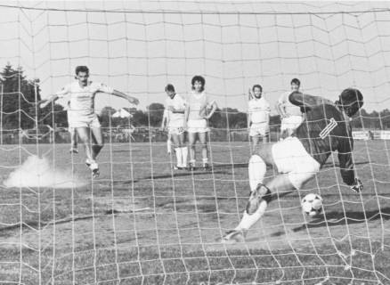 ARH Slg. Bartling 2006, Torschuss eines Stürmers des FC Wacker Neustadt, Blick durch das Netz des gegnerischen Tores, um 1975