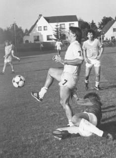 ARH Slg. Bartling 2007, Torwart am Boden liegend im Zweikampf mit einem Stürmer, um 1975