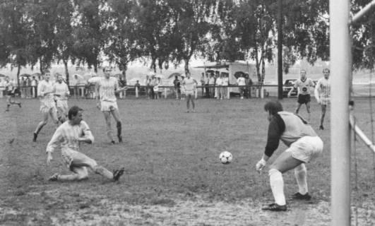 ARH Slg. Bartling 2008, Schuss aufs Tor in einem verregneten Spiel, Blick von der Torlinie am linken Torpfosten nach rechts, um 1975