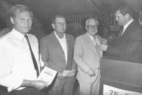 ARH Slg. Bartling 2010, Im Festzelt zum 75jährigen Bestehen des FC Wacker Neustadt vergibt Landrat Eberhard Wicke (r.) zwei älteren Herren eine Anstecknadel, Neustadt a. Rbge., ohne Datum