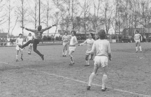 ARH Slg. Bartling 2011, Torszene im Strafraum mit vielen Spielern und einem Torwart, der sich nach dem Ball streckt, Blick von der Torlinie rechts neben dem Tor nach links, um 1975