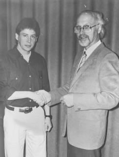 ARH Slg. Bartling 2012, N. N. gratuliert per Handschlag Hans Erich Hergt, um 1975