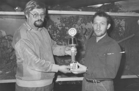 ARH Slg. Bartling 2018, N. N. überreicht N. N. einen Pokal der Interessengemeinschaft der Vogelliebhaber und Vogelzüchter Neustadt e. V., Beschriftung auf der Fußplakette: Udo Butterbrodt, um 1975
