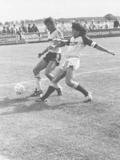 ARH Slg. Bartling 2022, Zweikampf N. N. gegen N. N. vom FC Wacker Neustadt beim Fußballspiel auf einem Sportplatz, um 1975